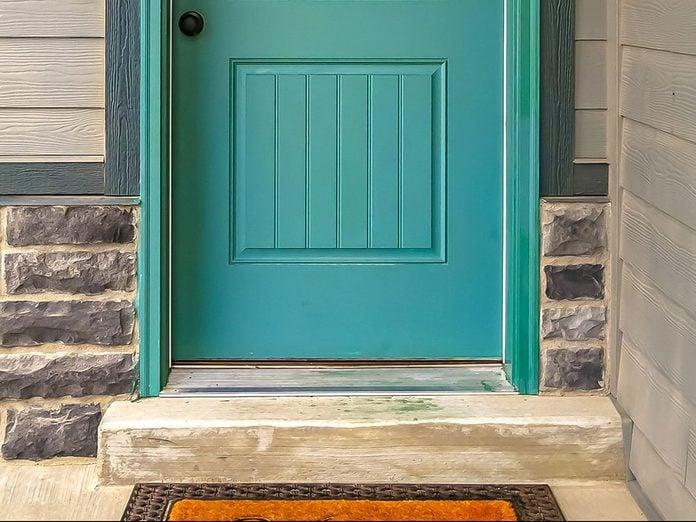 Bloquez le bas des portes pour éviter les parasites dans la maison.