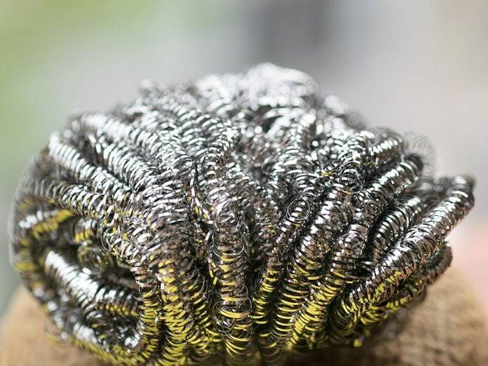 La laine d'acier repousse les parasites dans la maison.