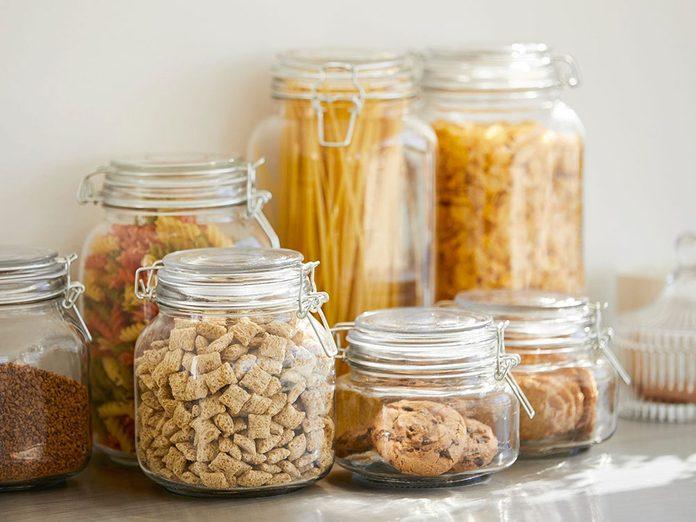 Gardez les aliments en toute sécurité dans des contenants hermétiques pour éviter les parasites dans la maison.