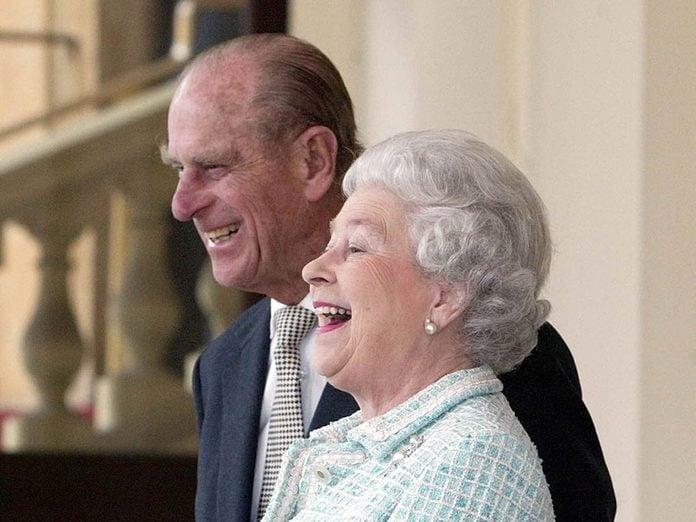 Le prince Philip et la Reine sont pris d'un fou rire.