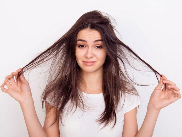 Les cheveux cassants sont l'un des problèmes de cheveux fréquents.