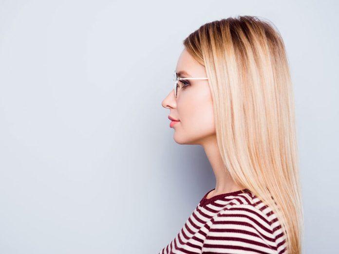 L'éclaircissement soudain des cheveux est un problème de cheveux fréquent.