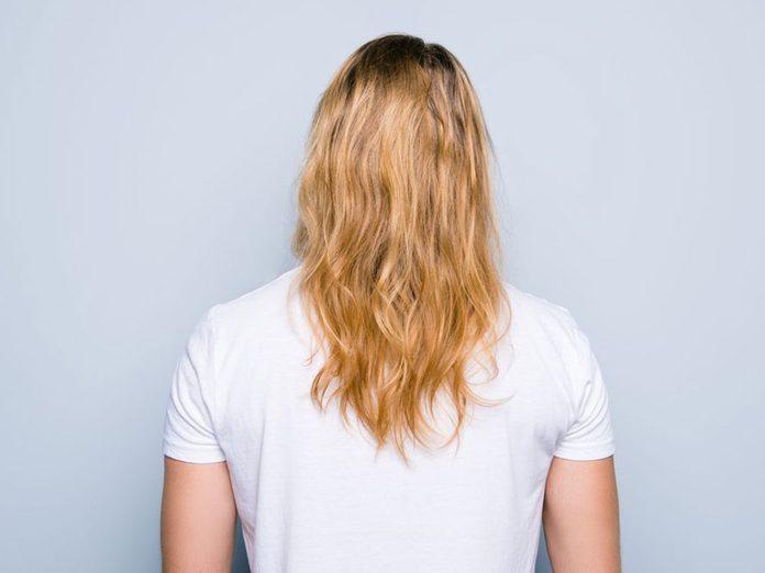 Les frisottis sont l'un des problèmes de cheveux fréquents.