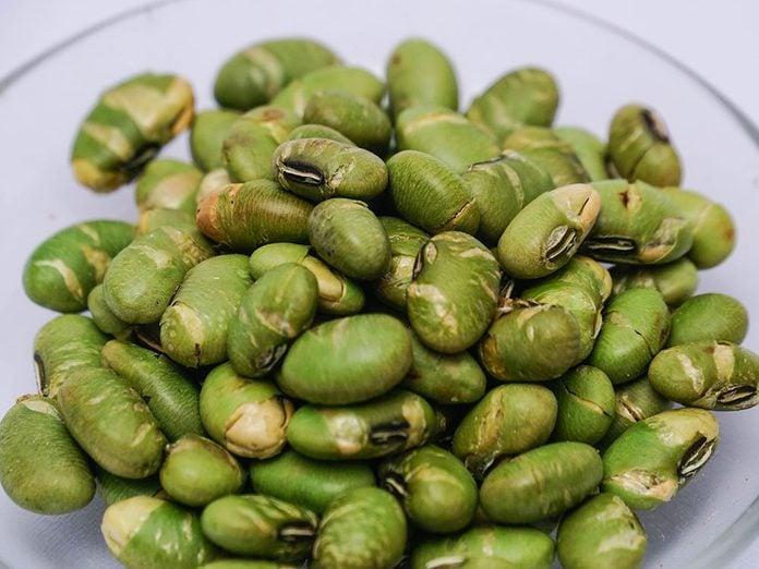 Des fèves edamames rôties.