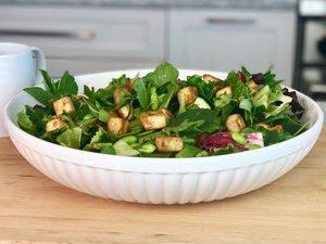 Salade printanière d'edamames, de concombres, de pois mange-tout et de croûtons au tofu