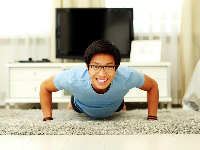 Faire de l'exercice physique tout au long de la journée pour s'entraîner en travaillant.