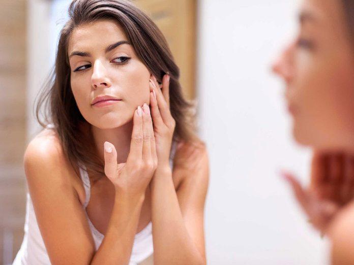 Soins de la peau: il n'y a que les boutons à tête blanche que l'on peut extraire sans danger.