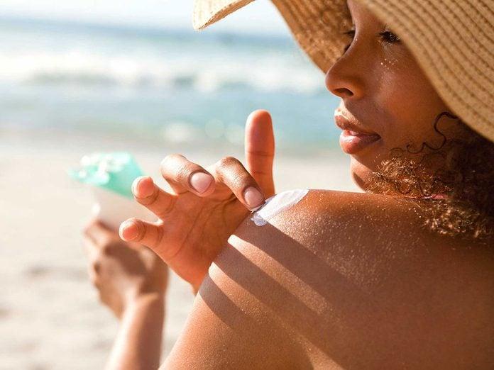 Soins de la peau: toutes les peaux doivent se protéger avec de l'écran solaire.