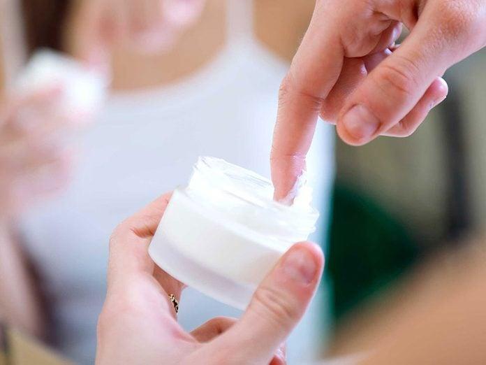 Soins de la peau: attention aux crèmes hydratantes si vous faites de l'acné.