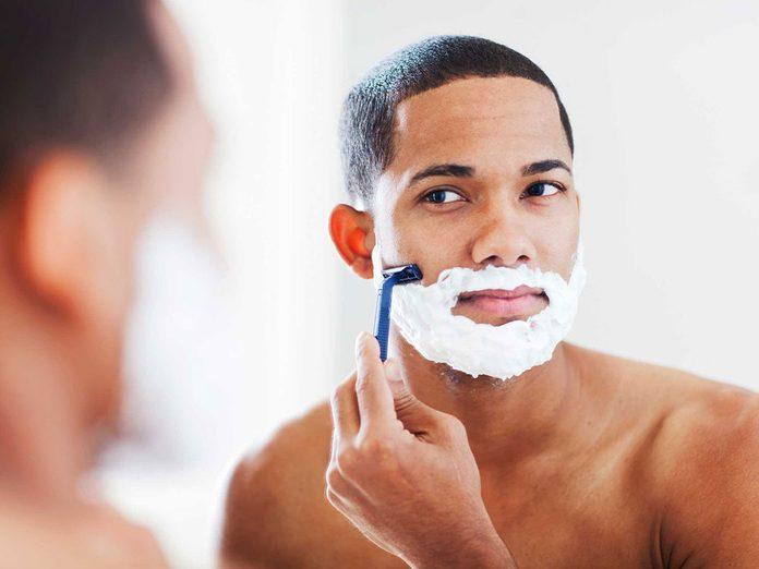 Soins de la peau: le rasage des poils ou des cheveux n'entraîne pas une repousse plus dense.