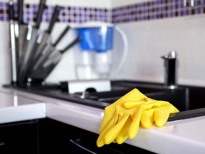 Porter des gants et un masque pour éviter les allergènes.