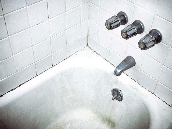 Nettoyer la moisissure à distance pour éviter les allergènes.