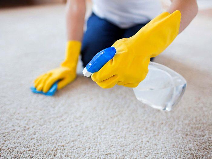 Laisser le nettoyage de tapis aux professionnels pour éviter les allergènes.