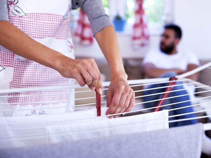 Sécher les vêtements dans la maison pour éviter les allergènes.