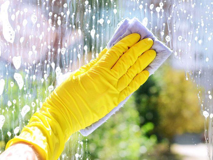 Laver une fenêtre à la fois pour éviter les allergènes.