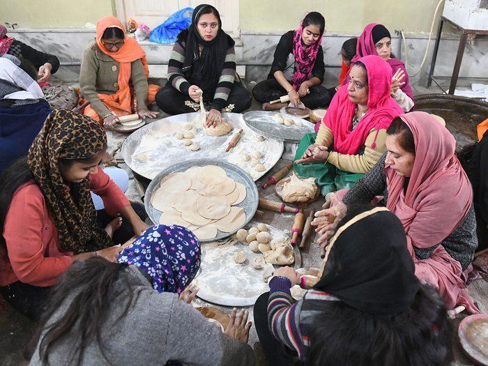 Bonnes nouvelles au Royaume-Uni: des sikhs nourrissent des routiers bloqués.