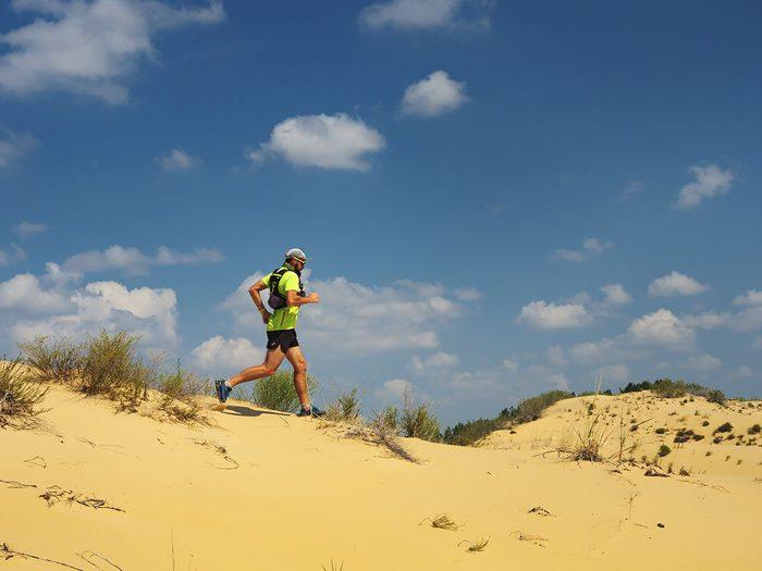 Sur la ligne de départ de la course du désert de Gobi.