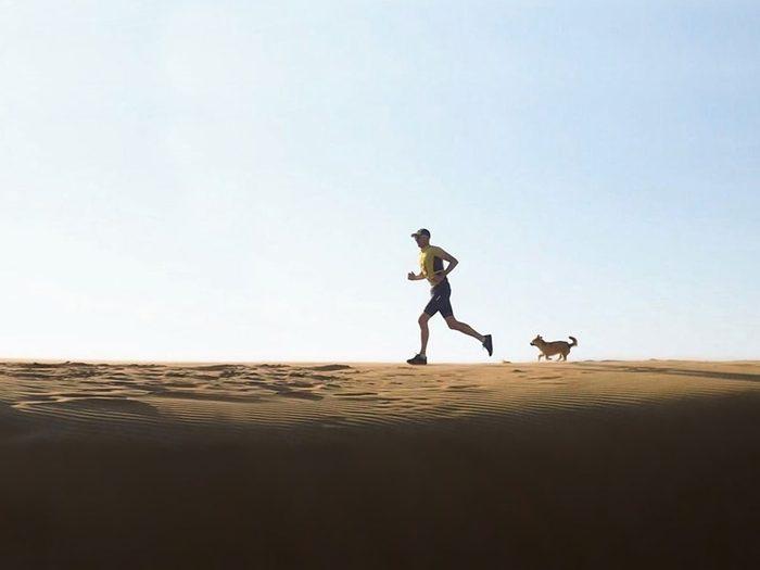 Un compagnon de course lors du marathon du désert de Gobi.