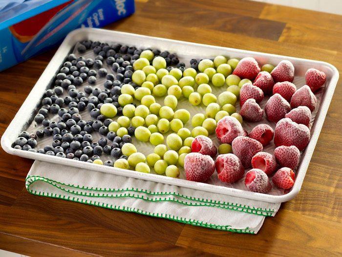 Comment congeler les fruits: faire une seule couche.