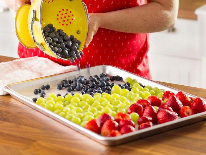Comment congeler les fruits: commencer par laver les aliments.