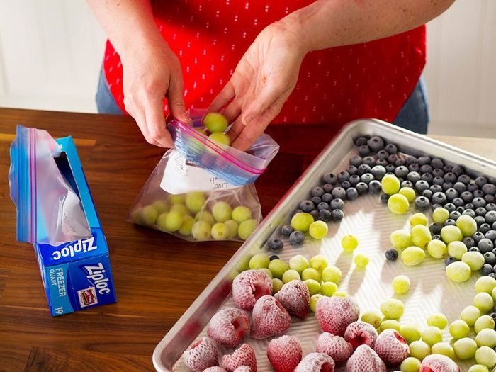 Comment congeler les fruits: conserver le tout dans un sac de congélation.