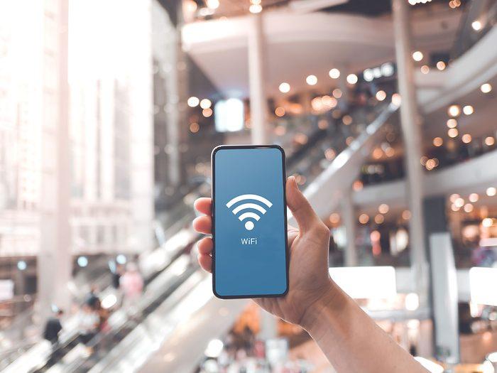 Comment ne pas se faire pirater: évitez de vous connecter au Wi-Fi public.