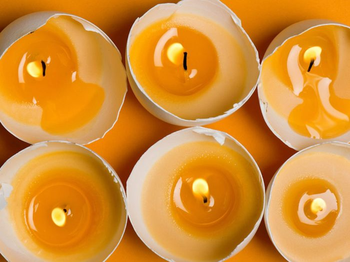 Fabriquer des bougies décoratives avec des coquilles d'oeufs.