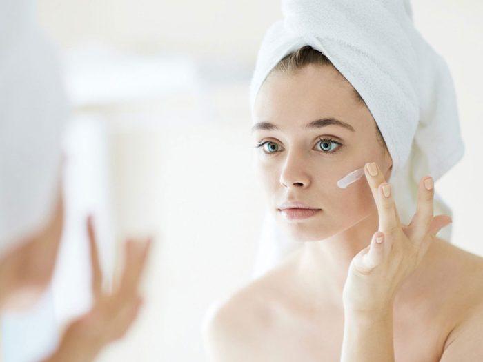 Nettoyer la peau grâce aux coquilles d'oeufs.