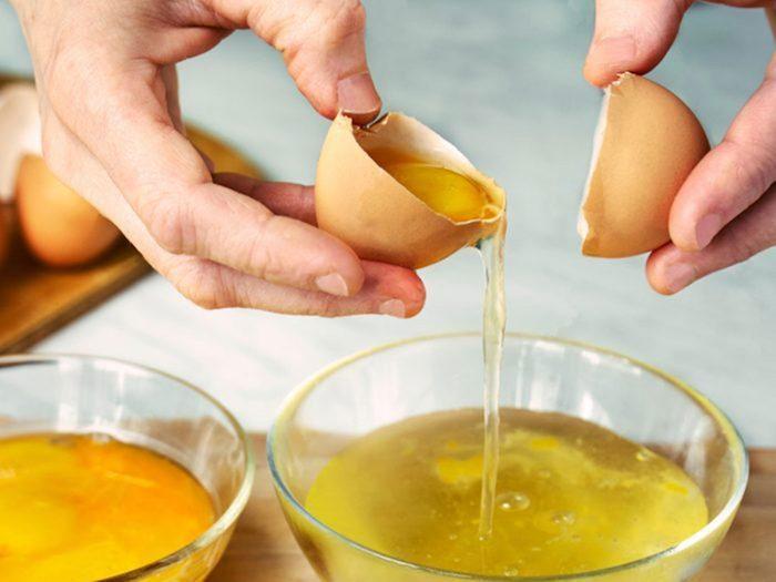 Séparer les jaunes d'oeufs avec des coquilles d'oeufs.