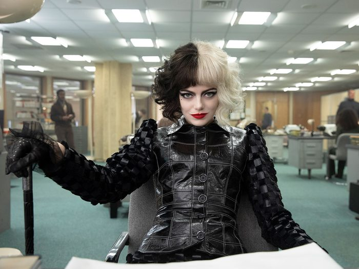 Cruella: entrevue avec Emma Stone et Emma Thompson (deux «méchantes» qu'on aime).