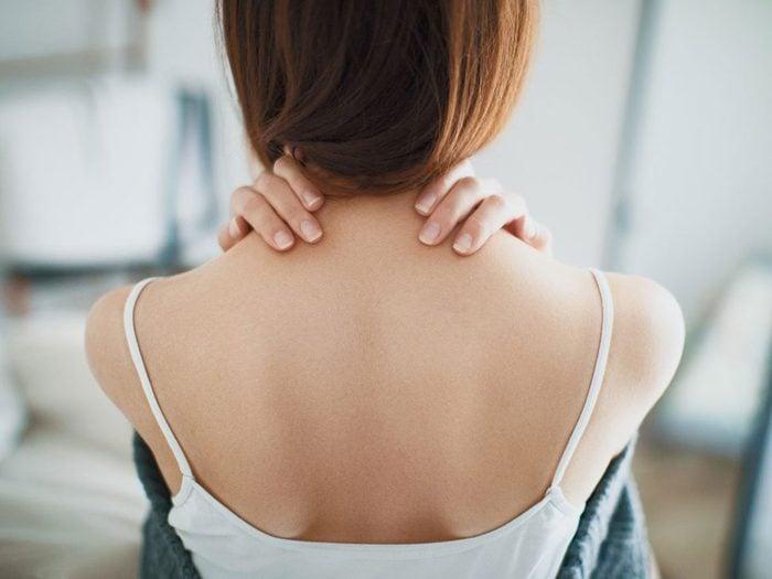 Une douleur à l'épaule peut être l'un des symptômes de la fibromyalgie.