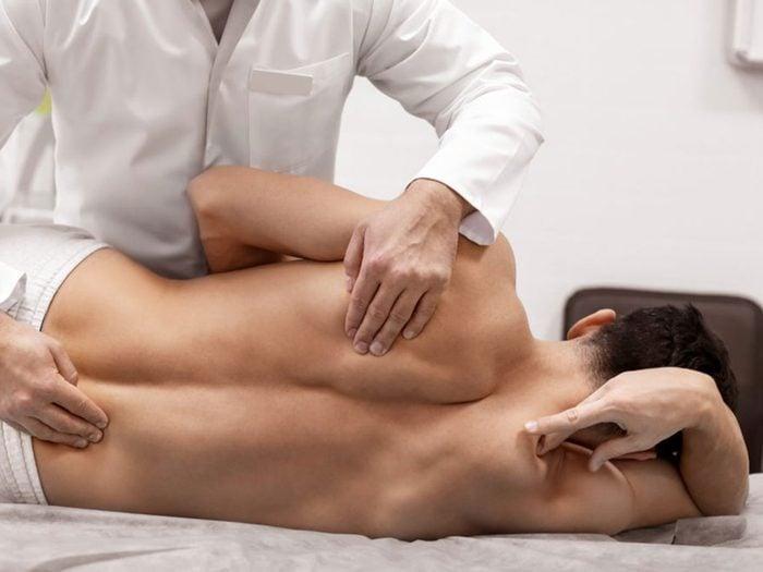 Avoir une douleur à l'épaule à cause du syndrome du défilé thoracique.