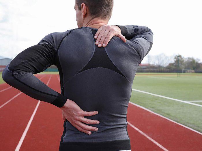 Une douleur à l'épaule suite à une blessure de la coiffe des rotateurs.