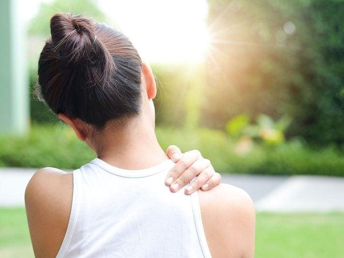 De nombreuses raisons peuvent expliquer une douleur à l'épaule.
