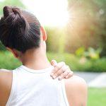 12 raisons médicales qui expliquent une douleur à l'épaule