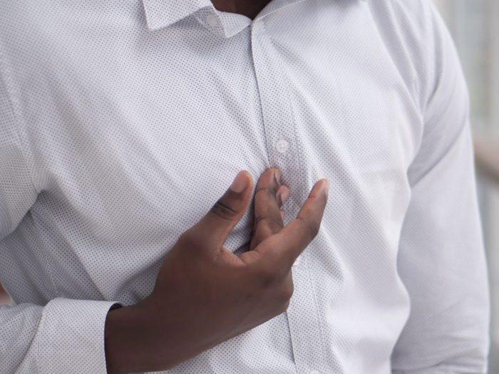 La douleur à l'épaule est également l'un des nombreux signes possibles d'une crise cardiaque.