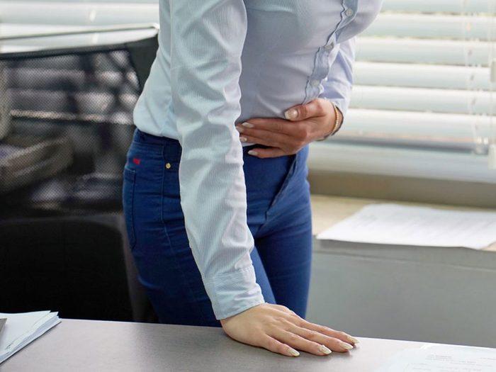 Une douleur à l'épaule droite peut également indiquer que vous avez un calcul biliaire qui provoque un blocage.