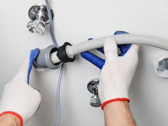 Oublier de changer le tuyau est l'une des choses qui réduisent la durée de vie d'un lave-vaisselle.