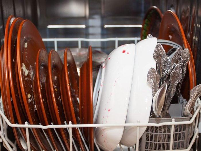 Mettre des couverts trop sales est l'une des choses qui réduisent la durée de vie d'un lave-vaisselle.