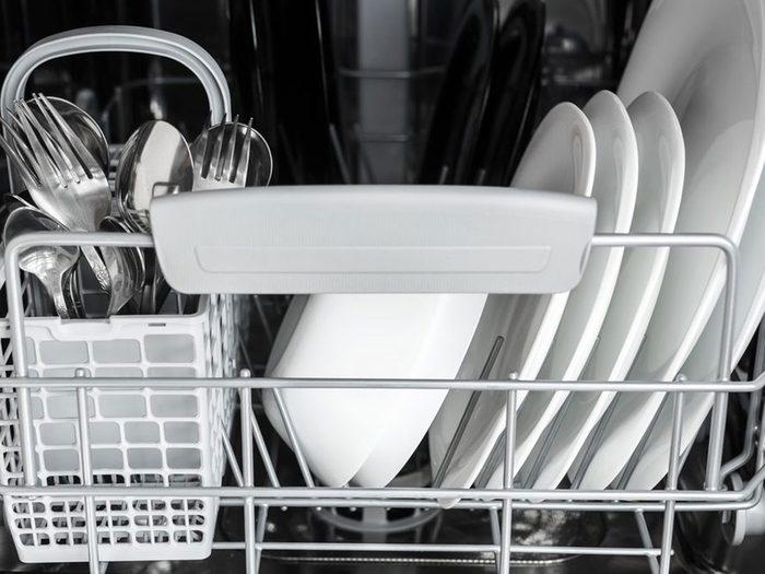 Mettre des objets coupants au mauvais endroit est l'une des choses qui réduisent la durée de vie d'un lave-vaisselle.