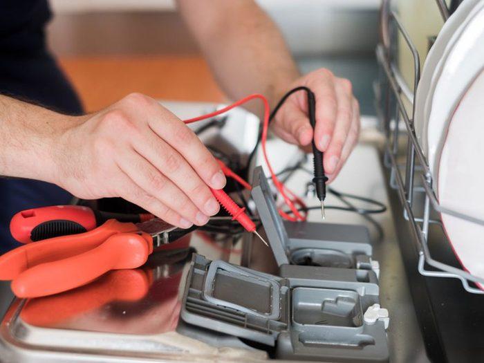 Éviter les inspections régulières est l'une des choses qui réduisent la durée de vie d'un lave-vaisselle.
