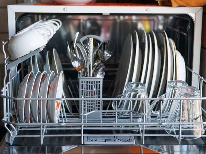 Trop charger le lave-vaisselle est l'une des choses qui réduisent la durée de vie d'un lave-vaisselle.