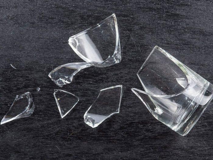 Laisser du verre brisé au bas du lave-vaisselle est l'une des choses qui réduisent la durée de vie d'un lave-vaisselle.