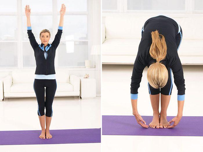 Entrainement de yoga avec la posture de la flexion avant.