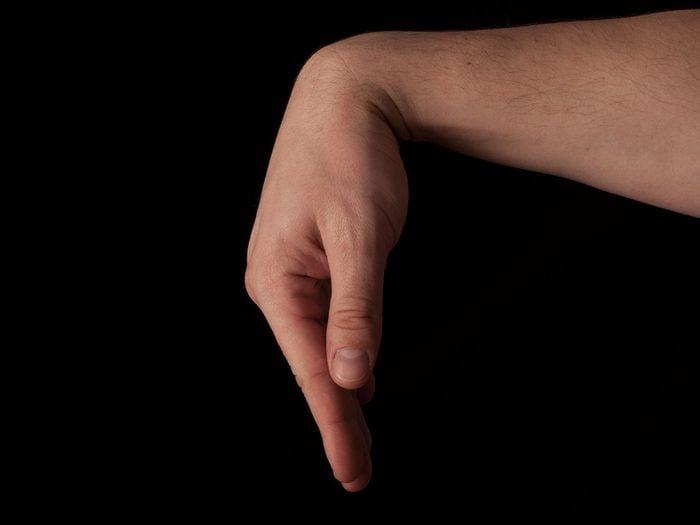 Exécution d'un étirement des poignets.