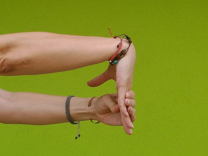 Le flexions en chaîne ouverte est l'un des étirements des poignets à faire.