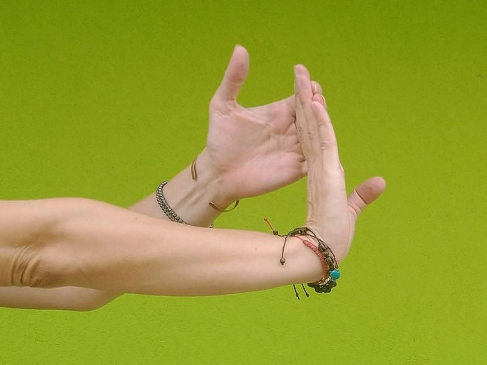 L'extension en chaîne ouverte est l'un des étirements des poignets à faire.