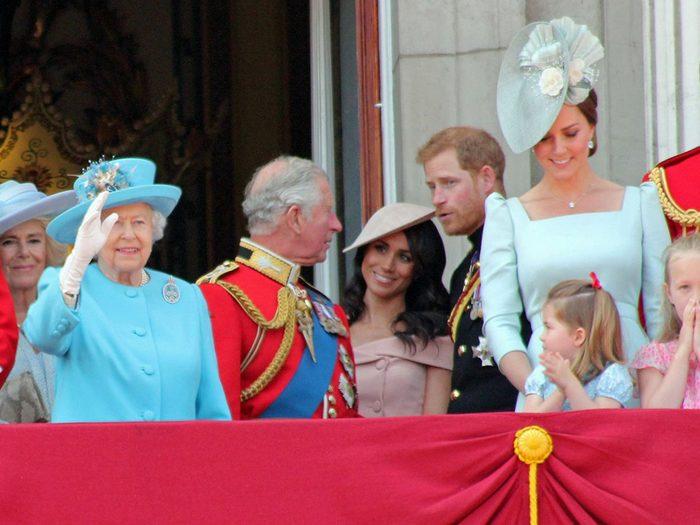 Les robes à épaules dénudées sont-elles réellement à proscrire au sien de la famille royale?