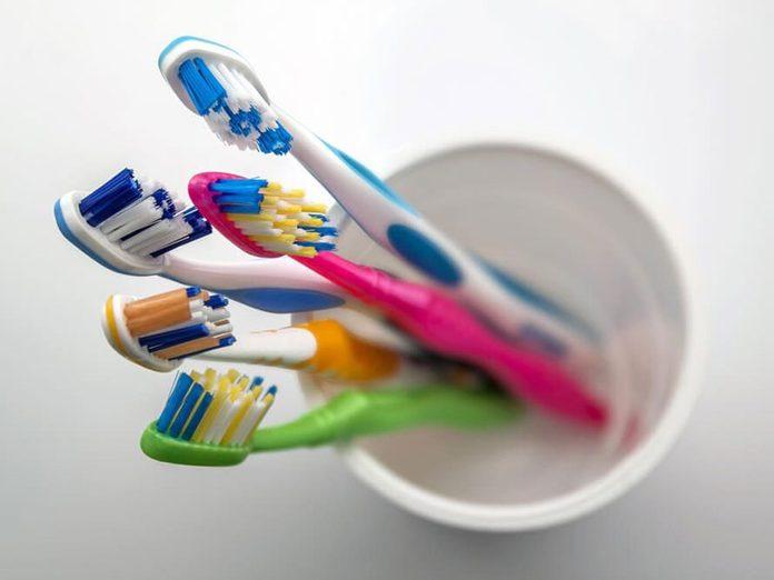 Les trucs de salle de bain font partie des choses incroyables à nettoyer dans le lave-vaisselle.