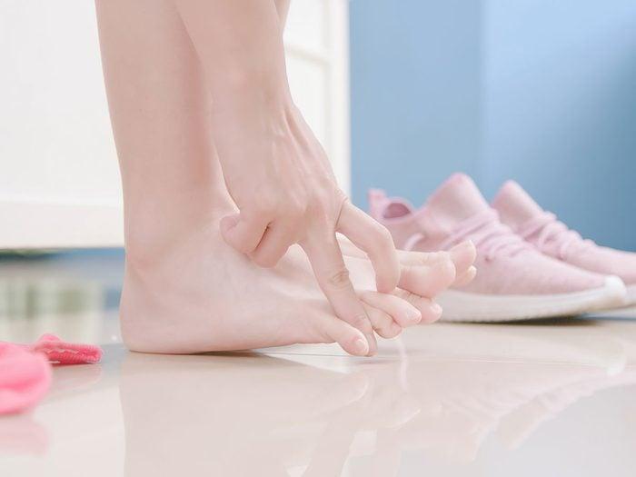 Le pied d'athlète peut engendrer une mauvaise odeur des pieds.